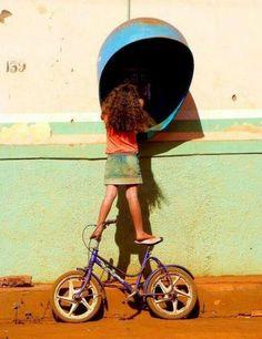 """da fotógrafa brasileira Ana Cotta:    """"essa menina eu avistei de longe... fui me aproximando e achei o máximo ela ligando e se equilibrando em pé da sua bike!!! Essa foto foi em Minas num lugar chamado porteirinha... acabei brincando com essas crianças...  o seu irmão me viu e ficou gritando: - Jéssica tem uma moça tirando foto sua!!!!  ...foi uma delícia compartilhar com eles alguns minutos do meu dia!"""""""