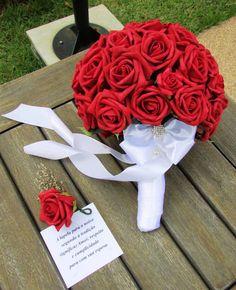 Lindíssimo Bouquet de noiva em rosas em e.v.a. toque real de uma real, tanto na aparência quanto na textura! finas e delicadas pétalas estas são as rosas em e.v.a  Bouquet contém 40 rosas grandes algumas mini rosas para dar uma delicadeza! fita de cetim branca e acessórios prata dão todo o requinte! acompanha uma lapela para seu noivo!