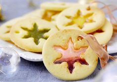 50 Christmas cookies that also decorate the table - Noel Christmas Jingles, Best Christmas Cookies, New Year's Food, Good Food, Dessert Nouvel An, Drink Recipe Book, New Year's Desserts, Cookies Et Biscuits, Mini Cakes