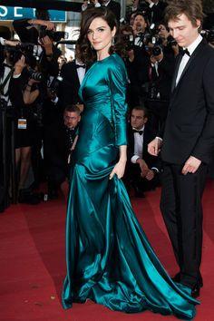 Rachel Weisz con un vestido esmeralda de manga larga y textura satinada de Prada.
