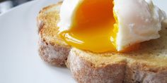 Julia Child's Brilliant Trick for Perfectly Poached Eggs – Incredible Recipes How To Make A Poached Egg, Perfect Poached Eggs, Perfect Eggs, Cooking For One, Cooking Tips, Cooking Recipes, Julia Childs, Snacks Für Party, Egg Recipes