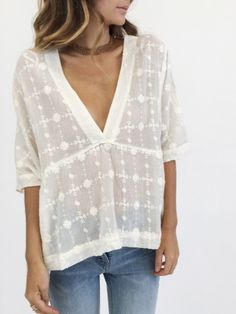 The Amber Skies top from Free People is a bohemian inspired piece made in lightweight cotton fabric with tonal embroidery. With a deep-v neckline and facing, the panel lines under the bust create a shape in a loose fitting, semi-sheer top. Mode Boho, Inspiration Mode, Fashion Inspiration, Estilo Boho, Spring Summer Fashion, Passion For Fashion, Dress To Impress, Boho Fashion, Style Fashion
