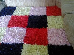 Aproveite as toalhas de banho velhas e faça tapetes para o banheiro, ou use outros retalhos e faça para a casa toda. Veja as dicas nas imagens, procure não usar tecidos que desfiam muito. Abuse das cores, misturando e formando desenhos. Material:Tela (você encontra em loja de armarinhos)        …