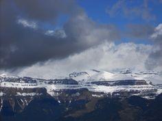 Murallas de Ordesa. Las nubes dejan ver la Falsa Brecha, el Brazillac, el Casco (3006 metros), el Gallinero (2752 metros), el Circo de Carriata y el Tozal del Mallo (2254 metros)