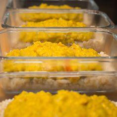 Hier soir, j'ai préparé un #dhal pour ce midi et demain midi. Manger sain et zéro déchet au bureau est très facile ✨(pour 4 personnes : cuire 200gr de lentilles jaunes environ 12 minutes. Émincer un oignon et le faire suer dans de l'huile d'olive, à la poêle. Ajouter une tomate coupée en dés, 3 gousses d'ail écrasées ainsi que les lentilles. Ajouter 2 c. à café de curry, 2 pincées de graines de cumin et 1 c. à café de gingembre moulu. Mélanger. Verser 20cl de lait de coco sur la préparation…