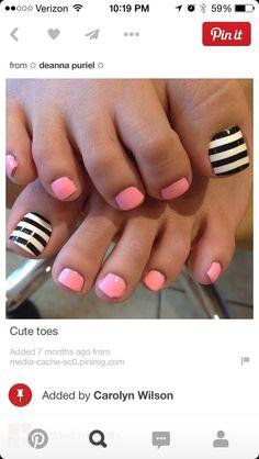 Sfondo bianco sugli alluci e quando è asciutto fate le righe nere. Nelle altre unghie l'ho fate color rosa