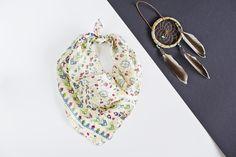 Jedwabna apaszka w odcieniach niebieskiego, zieleni i beżu, w ciekawe wzory. Idealna na prezent.