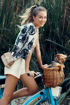 Lauren Conrad is looking adorable in this summer inspired outfit. The floral jacket is my favourite