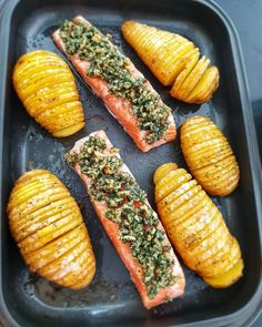 Lachsfilet mit Fächerkartoffeln aus dem Backofen | Lydiasfoodblog Salmon Recipes, Fish Recipes, Dog Food Recipes, Healthy Recipes, Drink Recipes, Chicken Recipes, Cooking Recipes, My Favorite Food, Favorite Recipes