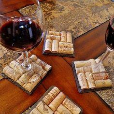 Dessous de verres composés avec des bouchons de bouteilles. Le tout est fait à la main avec amour! Wine Cork Art, Wine Cork Crafts, Shipping Boxes, Shipping Wine, Wine Cork Coasters, Slate, Craft Materials, Bottle Carrier, Wedding Gifts For Bridesmaids