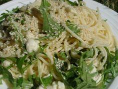 Rychlé a zdravé jídlo, které máte na stole do 15 minut. Netradiční kombinace rukoly a sezamových semínek vás překvapí svou chutí. Cabbage, Spaghetti, Vegetables, Ethnic Recipes, Smoothie, Food, Essen, Cabbages, Vegetable Recipes