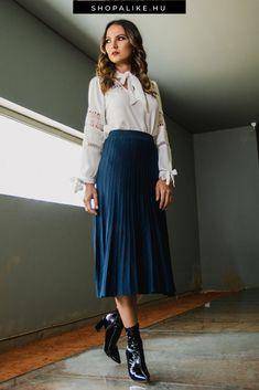 Nem kötelező alkalmi ruhát választanod szentestére, hiszen egy blúz és szoknya kombinációja is remekül beválik ünnepi szettként. Különösen kedveltek a légies selyem és szatén, illetve az ünnepélyes bársony blúzok. A minták és díszítések, mint a gyöngyök, a hímzések, a masnik és a fodrok tovább fokozzák az alkalmi hatást. Elegáns szoknyával, például harangszoknyával vagy ceruzaszoknyával párosítsd, és a csinos cipőről se feldkezz meg. #blúz #alkalmidivat #karácsony #karácsonyidivat