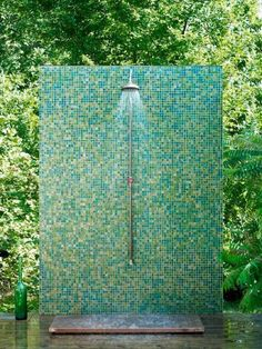 Having your own outdoor shower allows you to enjoy the magnificent benefits of nature. Here are 10 DIY outdoor shower ideas that you can make yourself. Outdoor Baths, Outdoor Bathrooms, Outdoor Rooms, Outdoor Gardens, Outdoor Living, Indoor Outdoor, Luxury Bathrooms, Chic Bathrooms, Contemporary Bathrooms