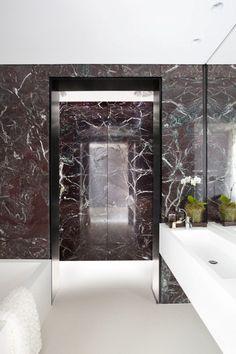 Vit marmor i badrummet har varit ett vinnande koncept en längre tid. Vit marmor är stiligt, vilsamt och lätt att matcha med accentfärger. Gillar du marmor men är redo att ta ut svängarna lite finns en dovare färgskala att erbjuda. Är du redo för svart marmor?