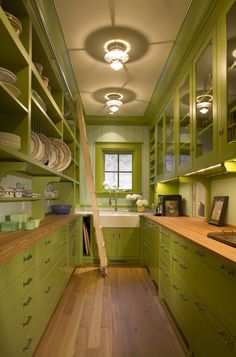 3 Lessons You Can Steal from This Fancy-Pants Butler& Pantry — Pantries to Pin green antique kitchen roomkitchen Farmhouse Style Kitchen, Modern Farmhouse Kitchens, Farmhouse Ideas, Kitchen Modern, Kitchen Furniture, Kitchen Decor, Kitchen Ideas, Cheap Furniture, Furniture Stores