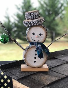 Wood slice snowman by: Bigham's Rugged Country Art Wooden Christmas Tree Decorations, Christmas Wood Crafts, Christmas Signs Wood, Handmade Christmas Gifts, Christmas Activities, Christmas Art, Christmas Projects, Christmas Ornaments, Easy Flower Painting