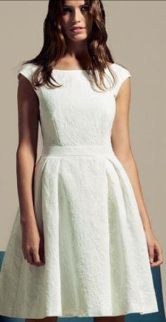 Este es un vestido llevo en las fiestas. Es de color blanco y flojo. Está de moda y muy bonito.