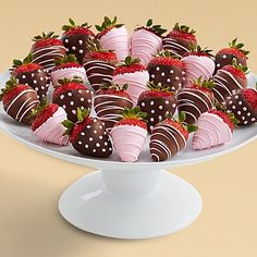 These juicy strawberries are all dressed up to celebrate the arrival of a little one. Each succulent strawberry is hand-dipped for a delicious combination of flavors. Pink drizzle adds an extra touch of sweetness in honor of that darling baby girl! Chocolate Gifts, Homemade Chocolate, Hot Chocolate, Chocolate Covered Fruit, Chocolate Dipped Strawberries, Kreative Desserts, Strawberry Dip, Strawberry Ideas, Clean Eating Snacks