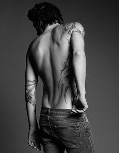 """""""Lo observé yo también, con un bóxer negro ajustado, sin un pelo en el pecho más que esa fina línea que se perdía bajo su ombligo y con el cabello aún húmedo por la lluvia. Con la piel impregnada de tatuajes, en el pecho, en los brazos, en las piernas. Nunca antes había pensado en un tatuaje como en una obra de arte."""""""