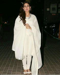 Funeral Outfits, Kalamkari Dresses, Sara Ali Khan, White Suits, Exotic Beauties, Indian Wear, Indian Beauty, Bollywood Actress, Kurti
