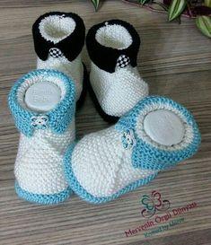 crochet baby boots Bebek patii yapmak isteyenlere i ii kolay bebek patii tarifi. Yenidoan bebekler iin i ii ile ok gzel rg patikler yapabilirsiniz. Knit Baby Shoes, Crochet Baby Boots, Knit Baby Dress, Knit Baby Booties, Knitted Baby Clothes, Crochet Shoes, Crochet Slippers, Baby Knitting Patterns, Knitting For Kids