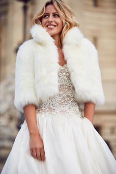 Abrigos y boleros de piel en blanco, ideales para las novias de invierno - Vestido de novia 'Nadia' de Pronovias #winterbride Winter Wedding Fur, Wedding Coat, Winter Bride, Wedding Attire, Wedding Dresses, Knit Fashion, Vogue Fashion, Look Fashion, Velvet Bridesmaid Dresses