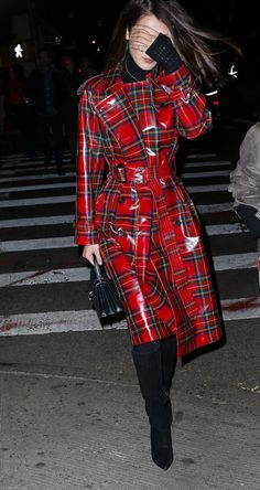 Bella Hadid Wearing A Laminated Tartan Trench In New York Street Looks, Street Style, Mode Tartan, Kendall, Bella Hadid Outfits, Tartan Fashion, Checkered Skirt, Pvc Raincoat, Cold Weather Fashion