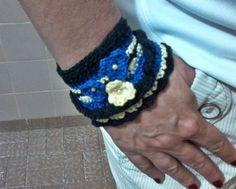 Confeccionado em crochê de linha, com aplicação de mini pérolas e contas abotoar.