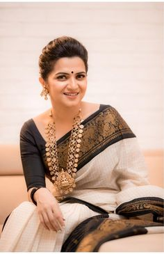 Black And White Saree, Black Saree, Black Blouse, Diva Fashion, Fashion Games, Fashion Looks, Cotton Saree, Satin Saree, Silk Sarees