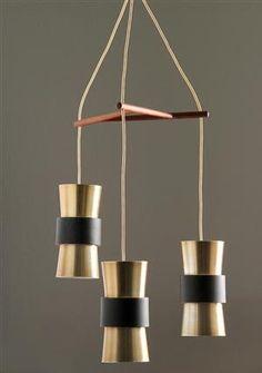 Fog & Mørup. Loftlampe med tre skærme i aluminium, holder af teak. Skærmhøjde 21 cm. Ø. 11 cm