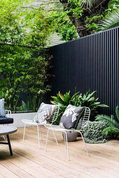 DIY panneau bois exterieur moderne anthracite lamelles bois chaises jardin métal