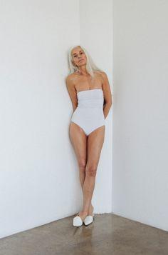 Fabuleux, une très belle sexagénaire pour présenter une ligne de maillots de bain