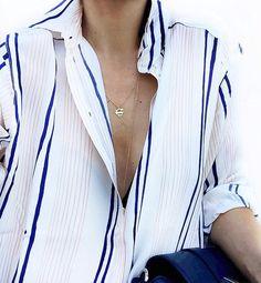 Oui au charme masculin/féminin émanant du duo chemise ample/très fin collier ! (instagram Audrey Lombard)