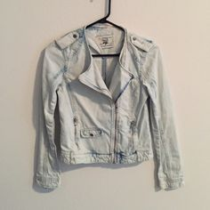 Zara TRF trendy acid wash jeans jacket Trendy Moto jacket in acid wash jeans material. Material is sturdy and absolutely comfortable. Very suitable for wear in Spring and Summer. In excellent condition. Zara Jackets & Coats Jean Jackets