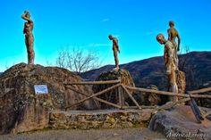 Las personas que miran fijamente  el Valle del Jerte.   Mirador de la Memoria o,   Mirador del Cancho Rajao.   Tres hombres y una mujer... People, Woman, Men