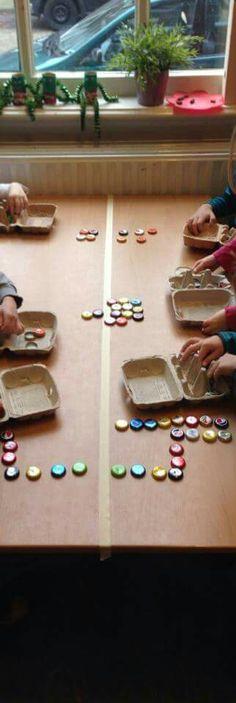 Idee zu Symmetrieachse: je 2 Kinder sitzen einander gegenüber und alle K re von der Linie bauen/legen etwas, was die K li von der Linie nachbauen; Wechsel nach 3-5 Minuten