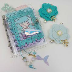 Charm fiore e bookmark in tinta per un set up sirene.