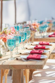 Steal the colors from the sand, sea & sunset of a beach wedding, and put them in your wedding table settings! (Wedding photography by Fun In The Sun Weddings) http://www.funinthesunweddings.com