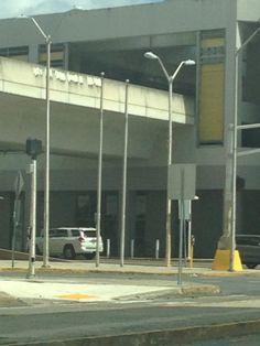 Oficina Recursos Humanos San Juan. Estas astas se encuentran frente a la oficion sin banderas, día no laborable. Ambas astas son del mismo tamaño.