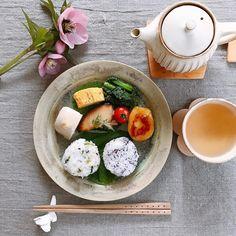 .  おはようございます◡̈♥︎  穏やかな朝です〜  .  今日のpicには私の好きなものが2つ♡  1つはジーマミー豆腐  胡麻豆腐と違う落花生のもっちりした食感が好き。  もう1つは玄関先に咲いていたクリスマスローズを少しだけお裾分けしてもらいました。  日陰でそっと下向きに咲いていて、でも存在感があって大好きな花の1つ。  .  自分が好きなものを増やしていけば心にゆとりが生まれるかな。  .  2017.3.23.  #今日の朝ごはん  *おにぎり  *鰆の西京焼き  *黒ジーマミー豆腐  *いも餅  *卵焼き  など  .  素敵な一日を࿐♡  .  #明日の自分を作る  #うつわダイアリー  #器は料理の着物  #和ンプレート#おうちごはん#朝食#朝ごはん#和食#器#陶器#うつわ#器好き#中園晋作#村上直子#わかさま陶芸#若林健吾#益子焼#筒井則行#デリスタグラマー#丁寧な暮らし#breakfast#colazione  #pottery#ceramics#instafood#foodpic#lin_stagrammer