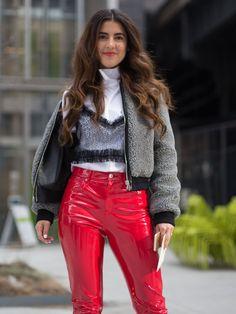 Man nehme eine rote Lackhose, einen weißen Rolli und ein schwarzes Sliptop aus Spitze sowie eine Teddyfelljacke und man erhält einen ziemlich coolen Streetstyle!Falls ihr noch Nachhilfe braucht: Posen leicht gemacht
