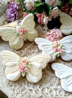 Butterflies Gingerbread butterfly cookies decorated with piped royal icing, and a sparkling of pixie dust Cookies Cupcake, Fancy Cookies, Iced Cookies, Cute Cookies, Easter Cookies, Royal Icing Cookies, Cookies Et Biscuits, Cookie Favors, Heart Cookies