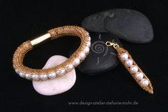 einzeln oder im Set: hand gestricktes goldenes ARMBAND & ANHÄNGER mit Süßwasser-Perlen, ab