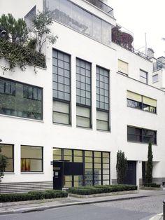 Villa d'artistes (1927) rue Mallet-Stevens Paris 75016. Architecte : Robert Mallet-Stevens. Cette rue entière porta le nom de son créateur de son vivant. Mallet-Stevens construisit ici son appartement et celui de quelques uns de ses amis, en faisant le chef d'oeuvre de sa vie. Cet ensemble de six immeubles (5 hôtels particuliers et une maison de gardien) est conçu comme un morceau de ville totalement homogène, d'une qualité urbaine inégalée.