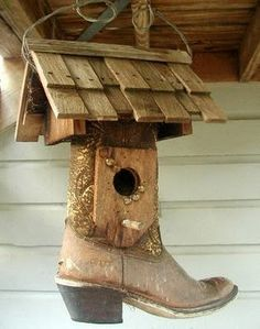 Recycled cowboy boot turned into a rustic bird house. This would be great for an old pair of cowboy boots that were my dads that I just haven't been able to part with