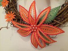 Verunky tvoření: Věnec s paličkovanou květinou Crochet Stitches, Knit Crochet, Bobbin Lacemaking, Border Embroidery Designs, Bobbin Lace Patterns, Lace Jewelry, Needle Lace, All Craft, Lace Making
