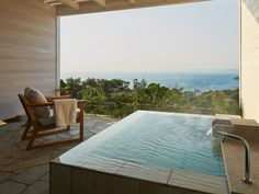 Enjoy the ryokan while viewing the Pacific Ocean from above. Wakayama, Suzhou, Hotel Spa, Pacific Ocean, Hot Springs, Sun Lounger, Outdoor Decor, House Architecture, Infinite