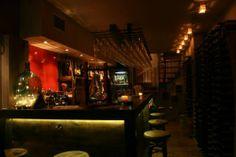 14-15/12/2013  WINE BOOTH   Το βράδυ της Κυριακής, συναντιόμαστε στο Σύνταγμα, για να απολαύσουμε την πλούσια κάβα του «Wine Booth». Συνδυάζοντας τη ζεστασιά των μικρών wine bar της Ιταλίας, αλλά και τη μοντέρνα αισθητική των αντίστοιχων αγγλικών, στο «Wine Booth» θα δοκιμάσουμε σπάνιες ποικιλίες κρασιού, αλλά και πολλές νέες από όλο τον κόσμο.  Wine Booth , Φωκίωνος 12, κέντρο, 2109959544.