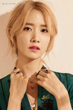 Yoona (SNSD) lại cá tính hơn với kiểu tóc đuôi ngựa thấp chia ngôi giữa nhưng phần tóc mái lại ngắn và bồng bềnh hơn.