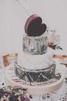 Love the moody plums and ash. Bolos de casamento com corações. #casamento #bolodosnoivos #bolos #corações